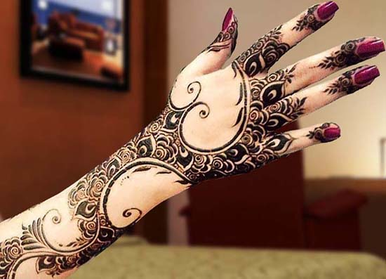Stylish Dubai Mehndi Design For Back Hand